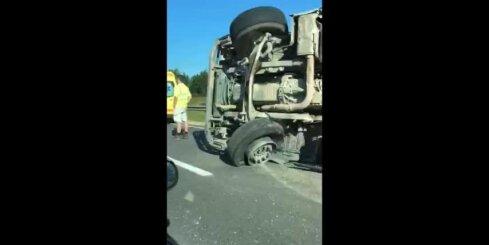 Uz šosejas apgāžas kravas auto