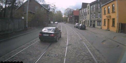 Agresīvs BMW šoferītis sadusmo tramvaja vadītāju un apdzen viņu pa kreiso pusi