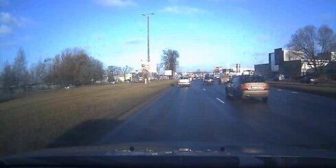 Agresīvs 'BMW' vadītājs Krasta ielā