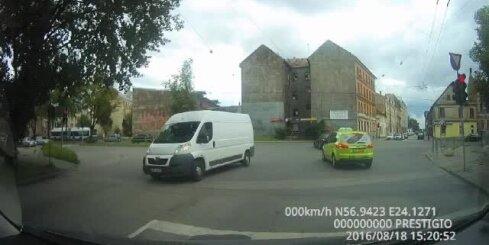 Taksists šķērso krustojumu pie sarkanās gaismas