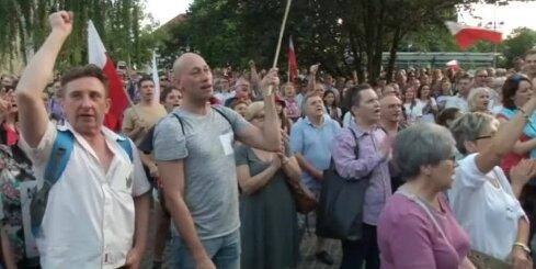 Polijā turpinās protesti pret politiķu iejaukšanos tieslietās
