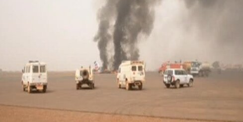 Dienvidsudānā lidostā nogāžas lidmašīna