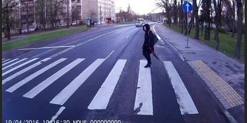 Autovadītājs Dzirciema ielā traucas pāri gājēju pārejai pie sarkanās gaismas