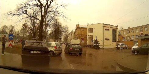 Jūrmalā 'BMW' satriecas ar policijas auto