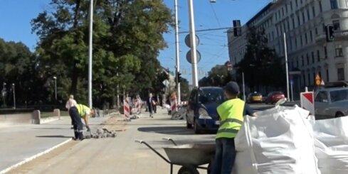 Valdemāra ielas remontdarbos piedalās arī bērns