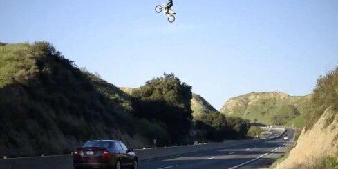 Motociklists ASV pārlec četru joslu šoseju