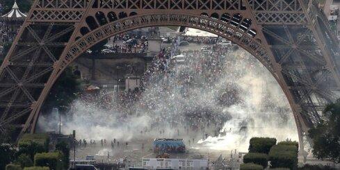 EURO 2016 fināla laikā policisti Parīzē fanus izgaiņā ar asaru gāzi