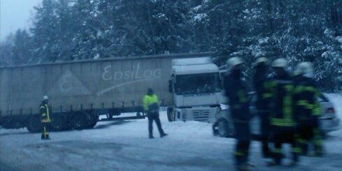 Uz Tallinas šosejas avarē kravas auto