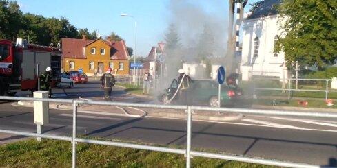 Jēkabpils centrā ugunsdzēsēji operatīvi nodzēš degošu auto
