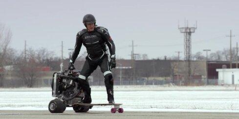 Dolfs Lundgrēns brauc ar 'Ford' dzinēju darbināmu skrituļdēli