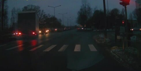 Kravas auto pie sarkanās gaismas veic neatļautu pagriezienu