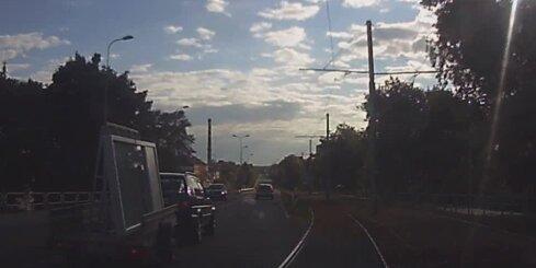 Daugavpilī uzdarbojas pārgalvīgs šoferis ar logu kravu