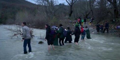 Simtiem migrantu no Grieķijas izlaužas cauri Maķedonijas robežai