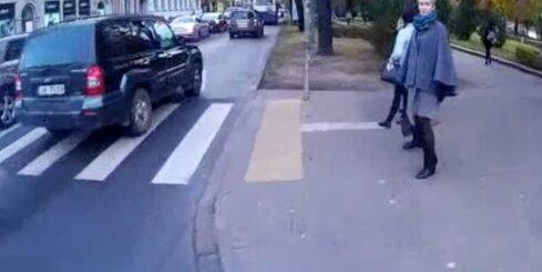 Agresīvu autovadītāju dēļ autobuss Rīgas centrā uzbrauc uz ietves