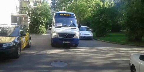 Juglā mikroautobuss traucas caur pagalmiem un biedē iedzīvotājus