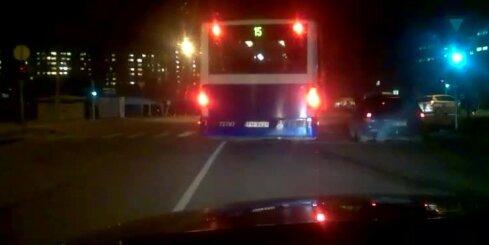 Autobusa vadītājs pagriezienu veic kā 'profesionālis'
