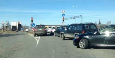 'BMW' nekaunīgi lien priekšā citām automašīnām