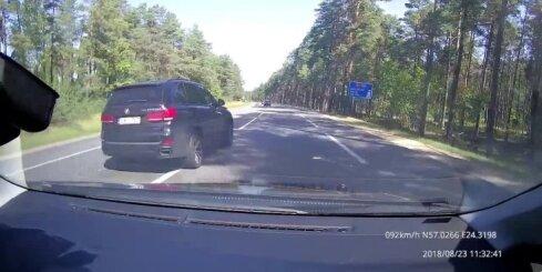 Agresīvs braucējs gandrīz uztaisa avāriju