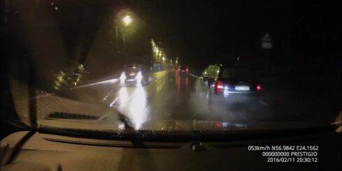 Pārgalvīgs autovadītājs klaji ignorē satiksmes noteikumus