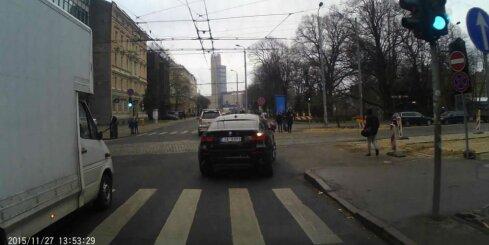 'BMW' nekautrējoties aizbrauc zem 'ķieģeļa'