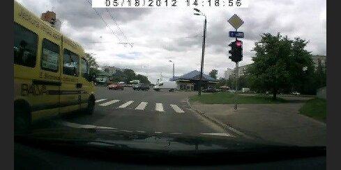 Mikriņš pārbrauc pie sarkanā