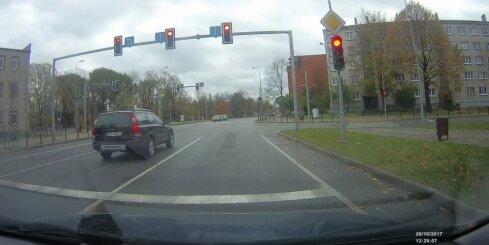 Jelgavā auto aizbrauc pie sarkanās gaismas