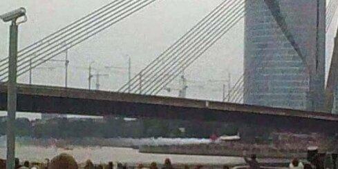 Lidmašīna palido zem Vanšu tilta