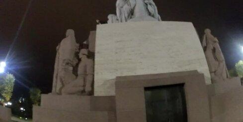 Ārzemnieks uzrāpjas uz Brīvības pieminekļa