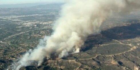 Iespaidīgs meža ugunsgrēks plosās slavenību iecienītajā Losandželosas piepilsētā
