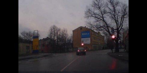 Maldinoša bremzēšana un brauciens pie sarkanā luksofora signāla