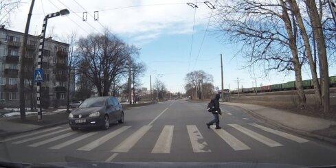Autovadītāji negrib uz gājēju pārejas palaist skolēnu