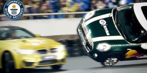Ginesa rekords driftā ap citu braucošu auto
