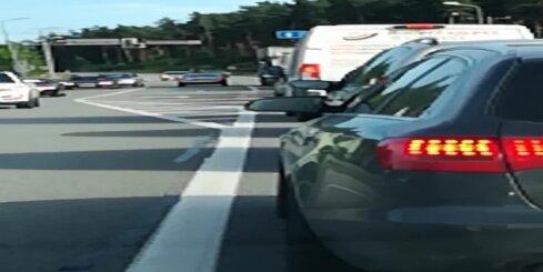 Kā bezkaunīgs 'Audi A6' vadītājs apdzina citus spēkratus pie luksofora