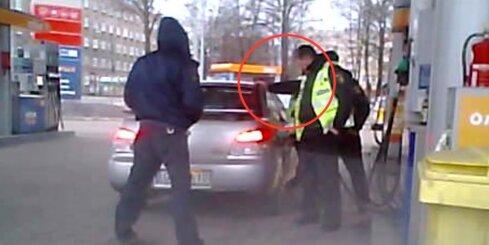 Policists krata auto, lai bākā satilptu vairāk degvielas