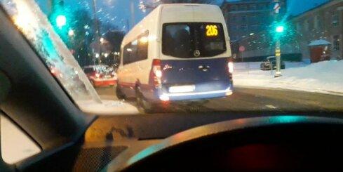 Maršruta mikroautobusa šoferis pārkāpj satiksmes noteikumus