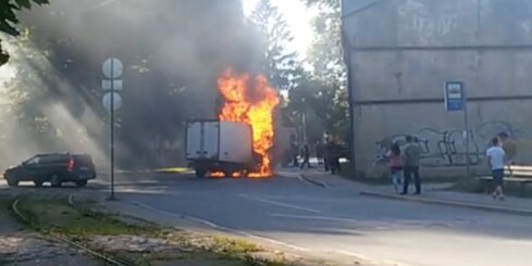 Bauskas ielā sadeg kravas auto