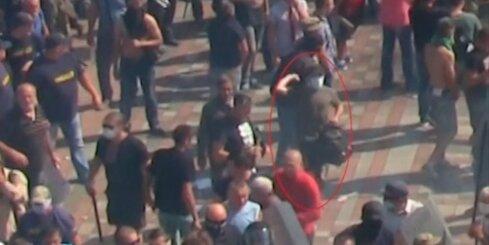 Kijevā cilvēks iemet kaujas granātu karavīru rindās