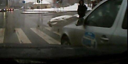 Agresīvs taksometra šoferis brauc pa ietvi