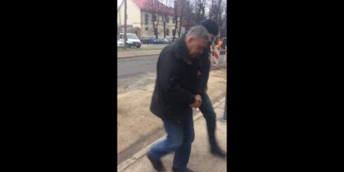 KNAB darbinieki konvojē uz tiesu aizturēto Vladislavu Kozaku