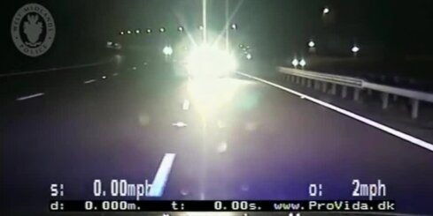 Lielbritānijā vecs vīrs traucas ar auto pa pretējo joslu un ietriecas policijas ekipāžā