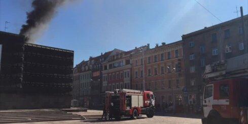 Ugunsdzēsēji ierodas pie degošās Okupācijas muzeja ēkas