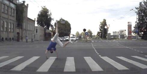 Kā igauņu basketbola fani šķērso ielu