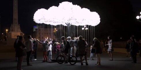 Brīvības pieminekļa pakājē atklāta 6000 spuldzīšu instalācija 'Mākonis'