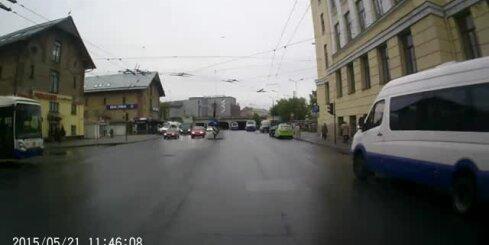 Mikroautobuss Rīgā veic dīvainus manevrus