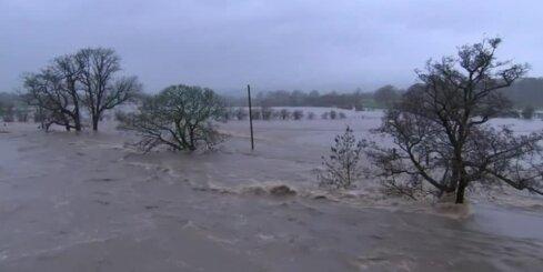 Lielbritānijā plūdu dēļ evakuēti simtiem cilvēku