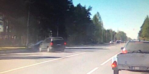 Rumbulā autovadītājs ar 'Volvo' veic ļoti muļķīgu manevru