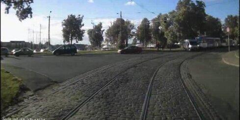 Neuzmanīgs mikroautobusa šoferis saskrienas ar tramvaju