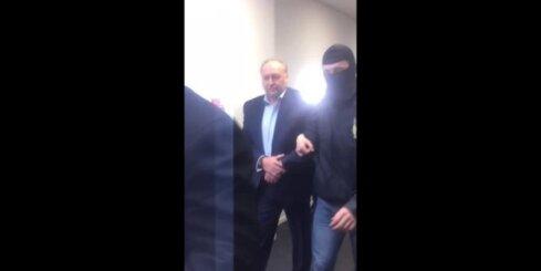 KNAB darbinieki uz tiesas zāli aizved Igoru Volkinšteinu