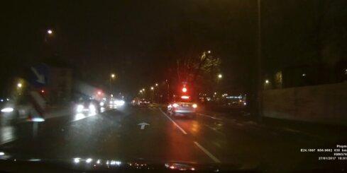 Automašīna brauc pie sarkanās gaismas