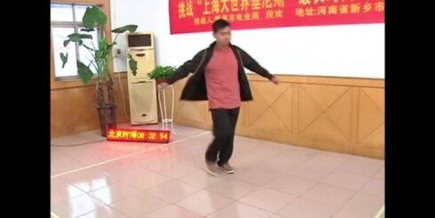 Ķīnā vīrietis 14 stundas griežas ap savu asi